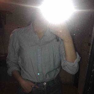 Vanlig skjorta i ljusblå färg från ginatricot. Superfin att både ha till vardags och vid tillställningar. Ärmarna går att vika enligt önskan. Eventuell frakt tillkommer! Kan gå ned i pris vid snabb affär.