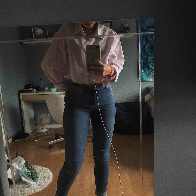 Ett par super fina jeans från New Yorker i färgen mörkblå. Lappen där back har gått sönder lite men det är inget man stör sig på. Använd få gånger. . Jeans & Byxor.