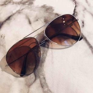 Snygga solglasögon! Vet tyvärr inte vart dom kommer ifrån. Dom är bruna och kanterna är silvriga. Aldrig använda