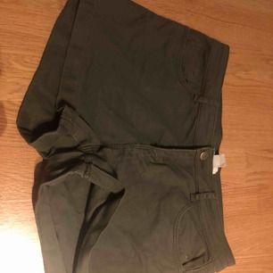 Förstora shorts i färgen militär grön. Säljer pga förstora. Aldrig använda. Storlek 38 vilket jah tror är en M. Super fina
