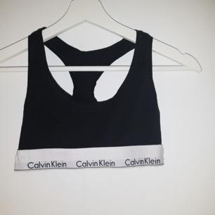 Calvin Klein topp i storlek S. Lite nopprig på insidan längs kanterna. Se bild 2. Frakt ingår ❤