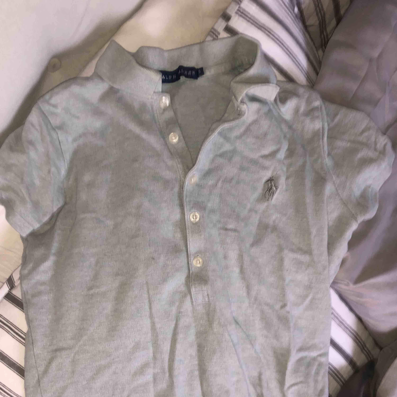 En äkta Ralph lauren tröja, grå med krage + frakt. T-shirts.