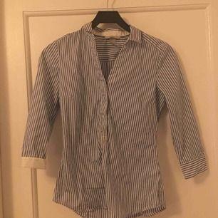 Skjorta i fint skick, tvättas innan jag skickar då den legat i en låda ett tag nu. Frakt tillkommer