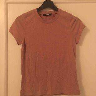Fin t-shirt från bikbok aldrig använd men tvättas innan jag skickar då den legat i en låda ett tag nu.  Frakt tillkommer!