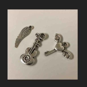 Zadig et Voltaire inspirerande berlocker, kan hängas på vilket smycke som helst! Glänser superfint i verkligheten och är i helt nyskick!! Fri frakt 💌