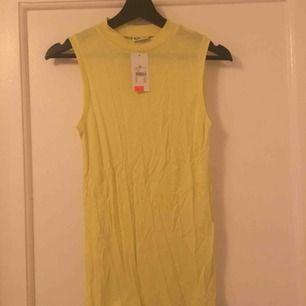 Längre gult linne med lite polo, aldrig använt men tvättas innan jag skickar då den legat i en låda ett tag nu.  Frakt tillkommer