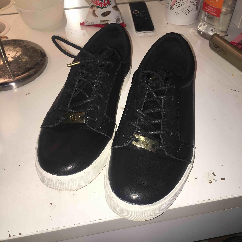 Svarta Ralph Lauren sneakers storlek 38.  Jätte snygga skor säljer dom pga att dom är för små  Har används endast 2 gånger så dom är som nya. Nypris 900kr men säljer dom för 500kr  (Betalar ej för frakt) . Skor.