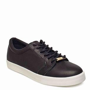 Svarta Ralph Lauren sneakers storlek 38.  Jätte snygga skor säljer dom pga att dom är för små  Har används endast 2 gånger så dom är som nya.  (Betalar ej för frakt)