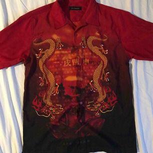 Jätte snygg skjorta med drakar på i storlek L. Köparen står för frakten:)
