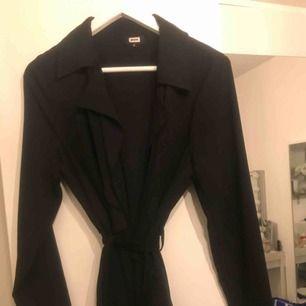 Svart trench coat från bikbok