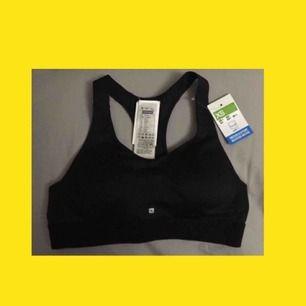 Sportopp med resårband under brösten. Medium Support. Säljer pga felköp, fel storlek. Aldrig använd! 💛 (Frakt inkluderat i pris!)