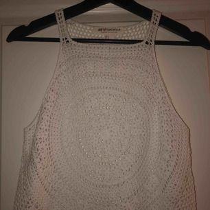 En fin vit tröja med hål i. Aldrig använd, super fin till stranden!