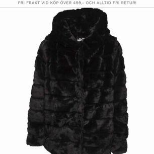 Fake/fur päls, aldrig använd, storlek XS/S, nypris: 998kr, endast frakt (köparen står för frakten, ca 100kr)💓😊