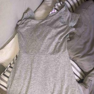 En grå klänning med korsad rygg