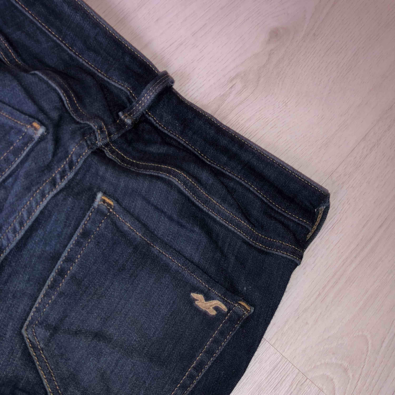 Sjukt sköna holister jeans som jag tyvärr har växt ur + frakt. Jeans & Byxor.