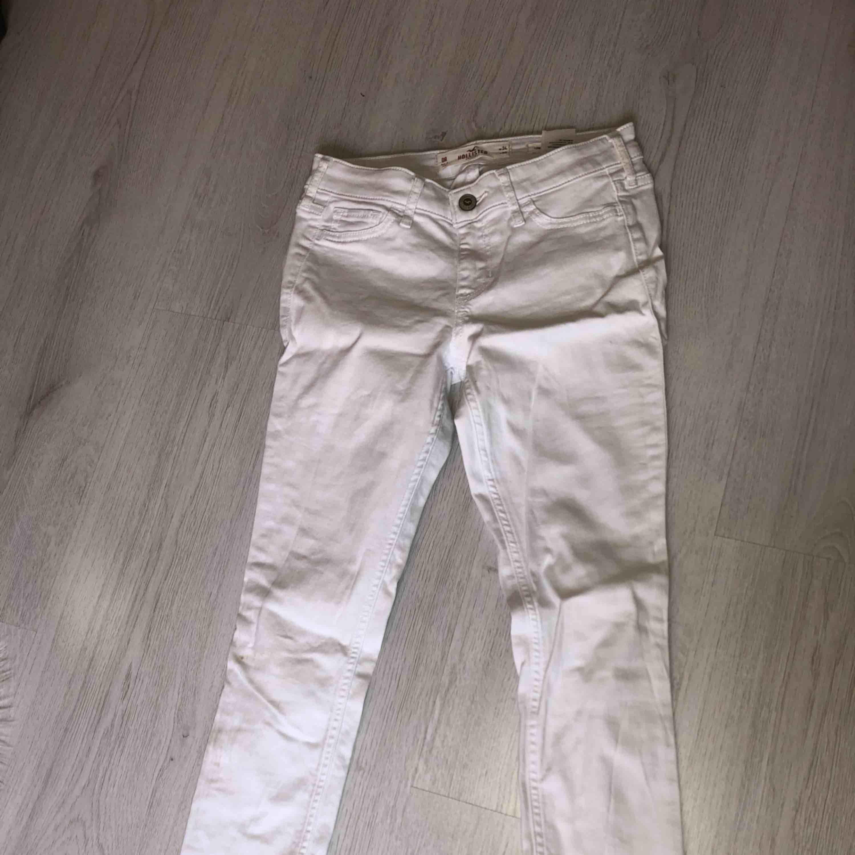 Ett par vita holister jeans i bra skick och använda typ 2 gånger + frakt. Jeans & Byxor.