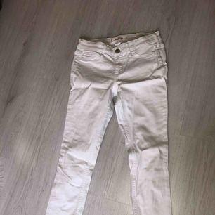 Ett par vita holister jeans i bra skick och använda typ 2 gånger + frakt