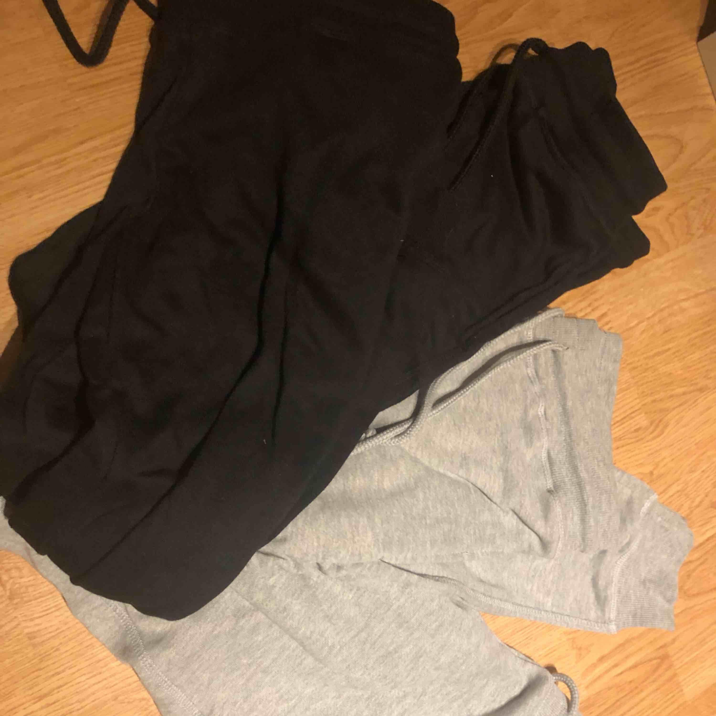 Två gråa mjukis byxor och två svarta mjukis byxor, står S i byxorna men är mer som en XS. Köpta från Ullared, aldrig använda. Antingen köpa alla 4 för 200kr eller 60kr styck. bara 1 par gråa o 1 par svarta kvar !. Jeans & Byxor.