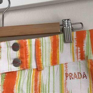 Vintage Kjol från Prada. Säljs då den inte kommer till användning längre :/ frakt är inräknat i priset!!