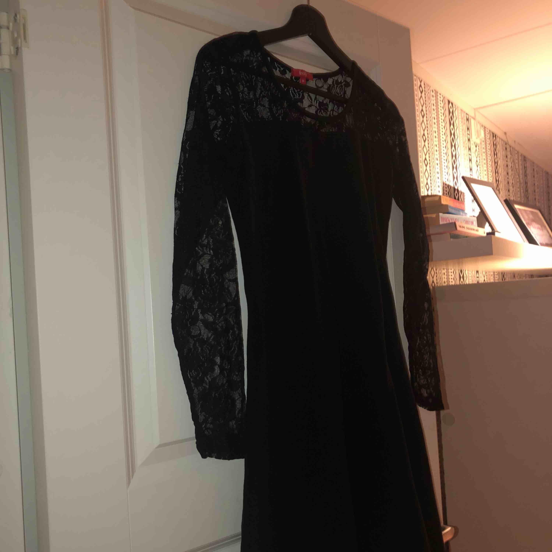 Svart super fin klänning! Aldrig använd, alltid trott jag ska växa i den men det händer aldrig. Super fina detaljer vid armarna och innan brösten. . Klänningar.