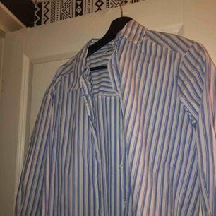 En super fin skjorta som är randig, storlek 36. Man kan använda den som en vanlig skjorta men också som linne och knyta armarna vid magen. Super fint! Använd en gång. Super bra skick