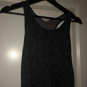 Super fint och skönt linne. Lite svart/grå tröja. Super till idrotten. Väldigt luftigt linne. Super fint skick. + frakt