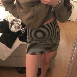 Randig kjol från hm, storlek 34. Aldrig använd, superfin och skön! Frakt tillkommer