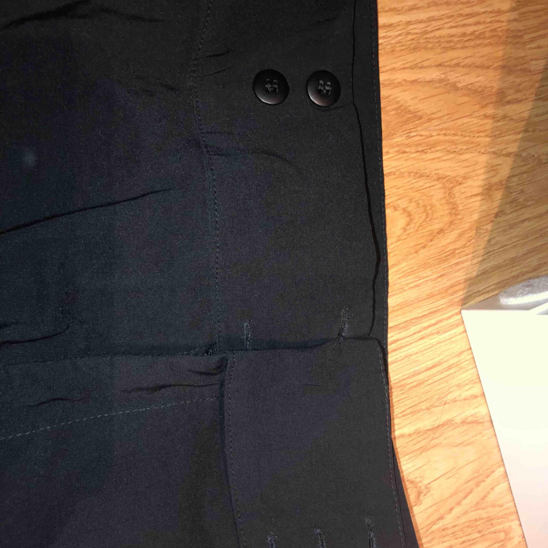Ett par svarta kostym byxor, lite stora för mig i midjan. Super fina! Använd få gånger. Både knappar och dragkedja sedan bredare i benen desto längre ner. . Jeans & Byxor.