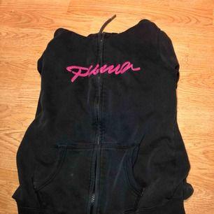 En super skön kofta från Puma (äkta) har dock en liten fläck vid fickan (se bild 2) annars inga problem eller fel. + frakt