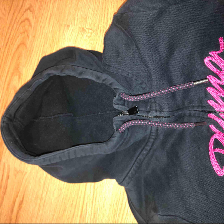 En super skön kofta från Puma (äkta) har dock en liten fläck vid fickan (se bild 2) annars inga problem eller fel. + frakt . Huvtröjor & Träningströjor.