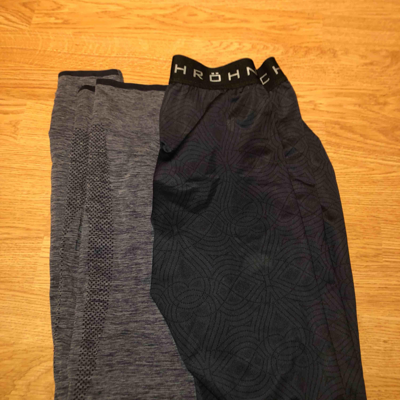 Två par super sköna träningsbyxor som tyvärr är för små för mig. Är osäker på vilket märke de gråa träningsbyxorna har men de blåa har röhnisch. Båda för 100kr eller en för 60kr. . Jeans & Byxor.