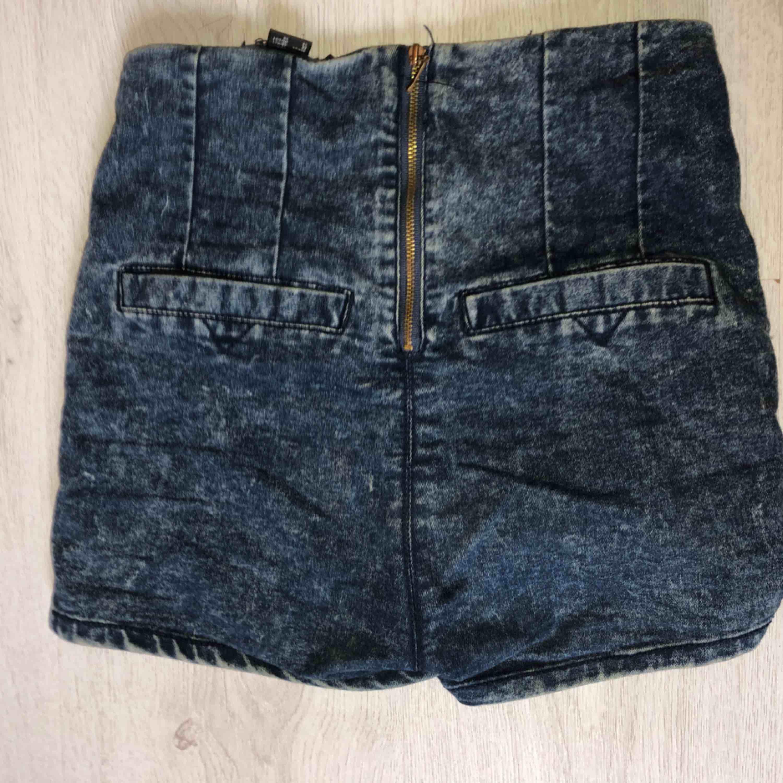 Högmidjade och skönt material, stannar på plats + frakt. Shorts.
