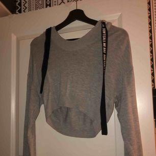 En super fin croppad hoodie från H&M, använd men fint skick. Super mysig men kommer tyvärr inte till användning. Frakt tillkommer