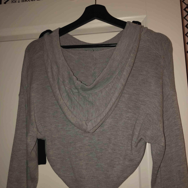 En super fin croppad hoodie från H&M, använd men fint skick. Super mysig men kommer tyvärr inte till användning. Frakt tillkommer . Huvtröjor & Träningströjor.