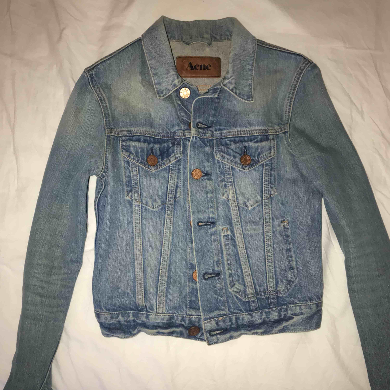 Ljusblå jeansjacka från Acne i fint skick med fina detaljer! Perfekt till våren och sommaren! Jackan är i storlek XS och i en kortare modell. Nypris 2000 kr. Frakt: 63kr. Jackor.