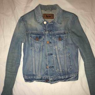 Ljusblå jeansjacka från Acne i fint skick med fina detaljer! Perfekt till våren och sommaren! Jackan är i storlek XS och i en kortare modell. Nypris 2000 kr. Frakt: 63kr