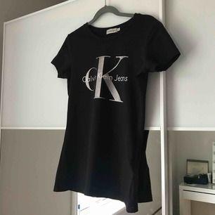 Calvin Klein svart t-shirt med loggan fram! 95% bomull och 5% elastane. Fint skick! Storlek XS. Köpt i Singapore för 600kr. Frakt 40kr