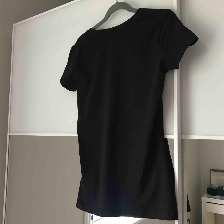Calvin Klein svart t-shirt med loggan fram! 95% bomull och 5% elastane. Fint skick! Storlek XS. Köpt i Singapore för 600kr. Frakt 40kr. T-shirts.