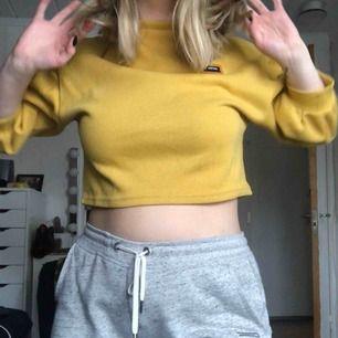 En väldigt fin och skön tröja ifrån zaful! Säljer pga för lite användning 💛 knappt använd. Frakt tillkommer eller möter upp i Karlstad! 📍💵