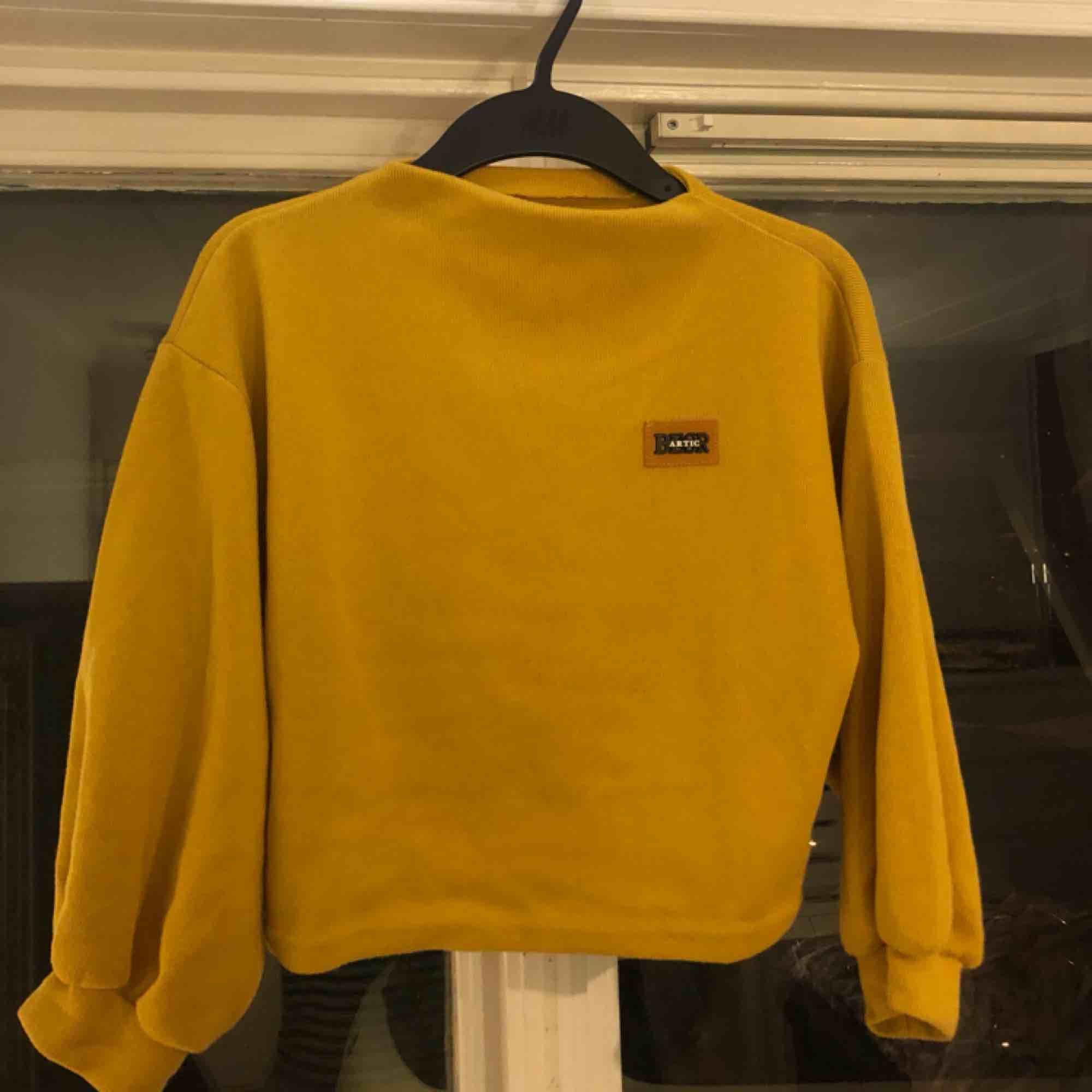 En väldigt fin och skön tröja ifrån zaful! Säljer pga för lite användning 💛 knappt använd. Frakt tillkommer eller möter upp i Karlstad! 📍💵. Tröjor & Koftor.