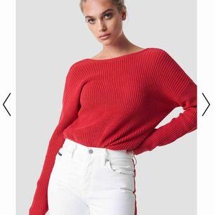 Säljer min fiiina röda stickade tröja från nakd men öppen rygg🤩. Nypris 300 kr. Köparen står för frakt