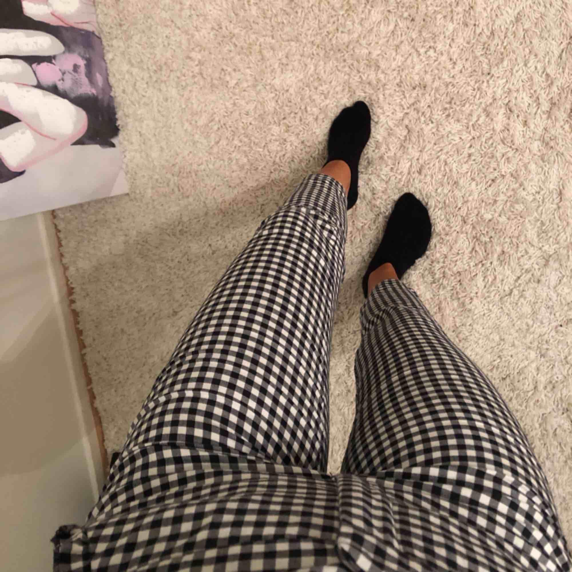 Snygga byxor ifrån zara som jag tyvärr inte får nån användning för, har använt högst två gånger, dem är alltså i ett väldigt bra skick, på fickorna har dem fina volanger som ni ser på bilden, byxorna passar både storlek s och xs. Jeans & Byxor.