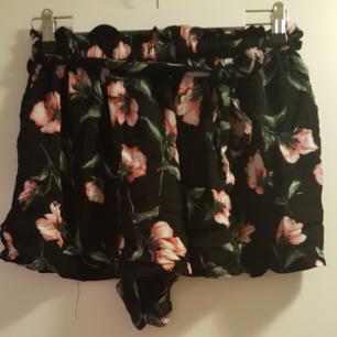 Shorts, blommig, snörning