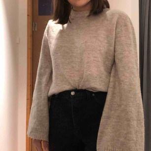 Fin stickad tröja från NA-KD. Är lite oversized så passar flera storlekar. Möts upp eller så står köparen för frakt
