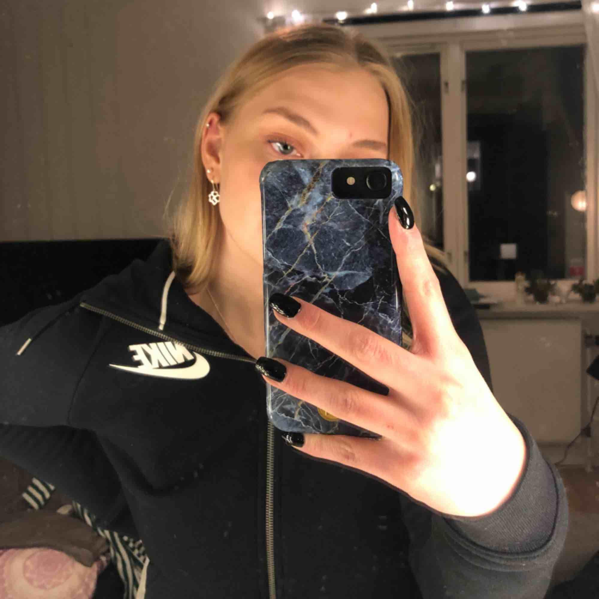 En skitsnygg Nike-hoodie som är i perfekt skick!✔️ Säljer pga för lite användning ⭐️ Frakt tillkommer eller möter upp i Karlstad!📍💵. Tröjor & Koftor.