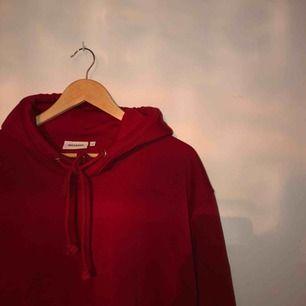 säljer min röda skit snygga hoodie från weekday😩 tyvärr kommer den inte till användning😢 väldigt sparsamt använd❤️ de är en xs, men den är väldigt oversized🌻 frakt ingår i priset💌 (spårbar frakt)