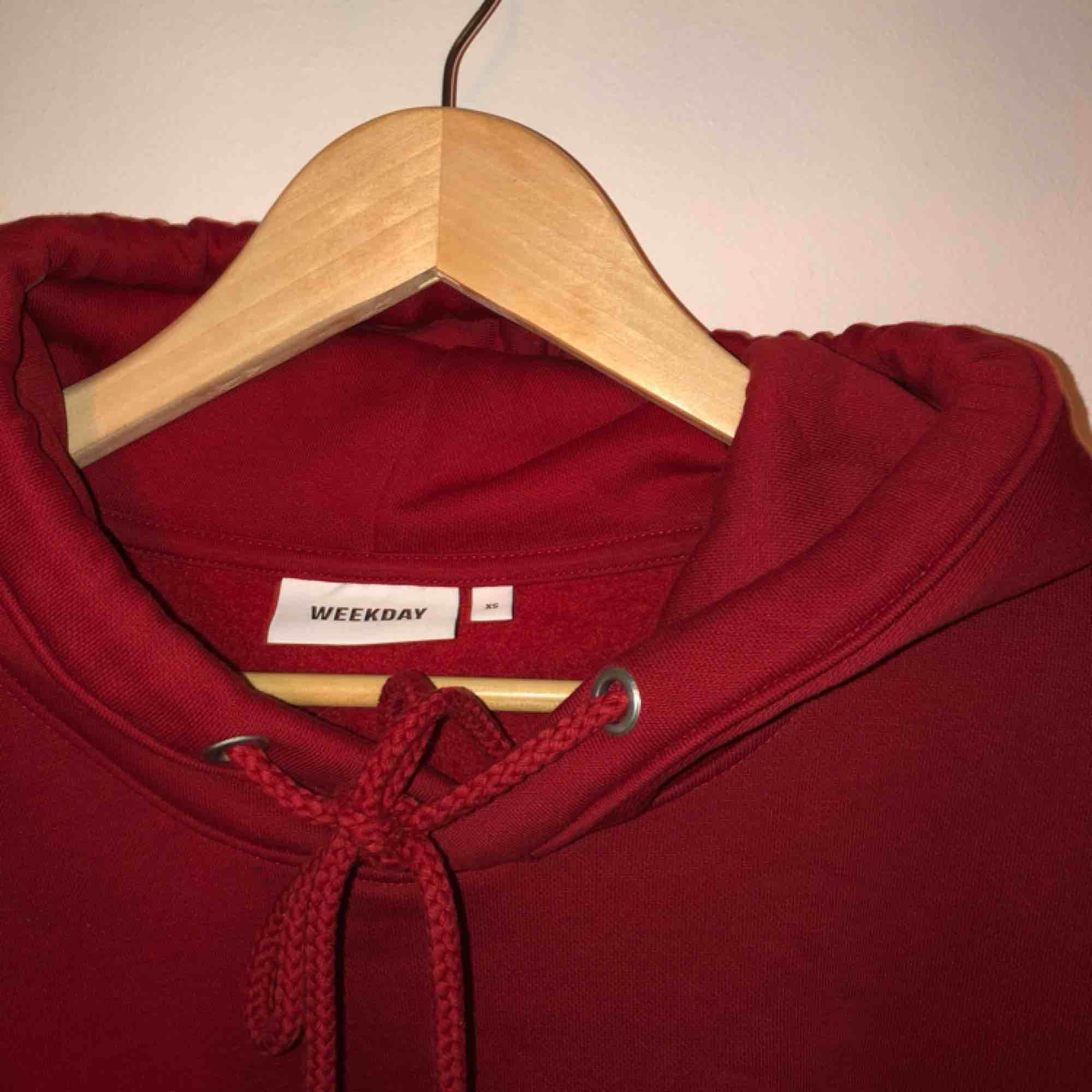säljer min röda skit snygga hoodie från weekday😩 tyvärr kommer den inte till användning😢 väldigt sparsamt använd❤️ de är en xs, men den är väldigt oversized🌻 frakt ingår i priset💌 (spårbar frakt). Tröjor & Koftor.