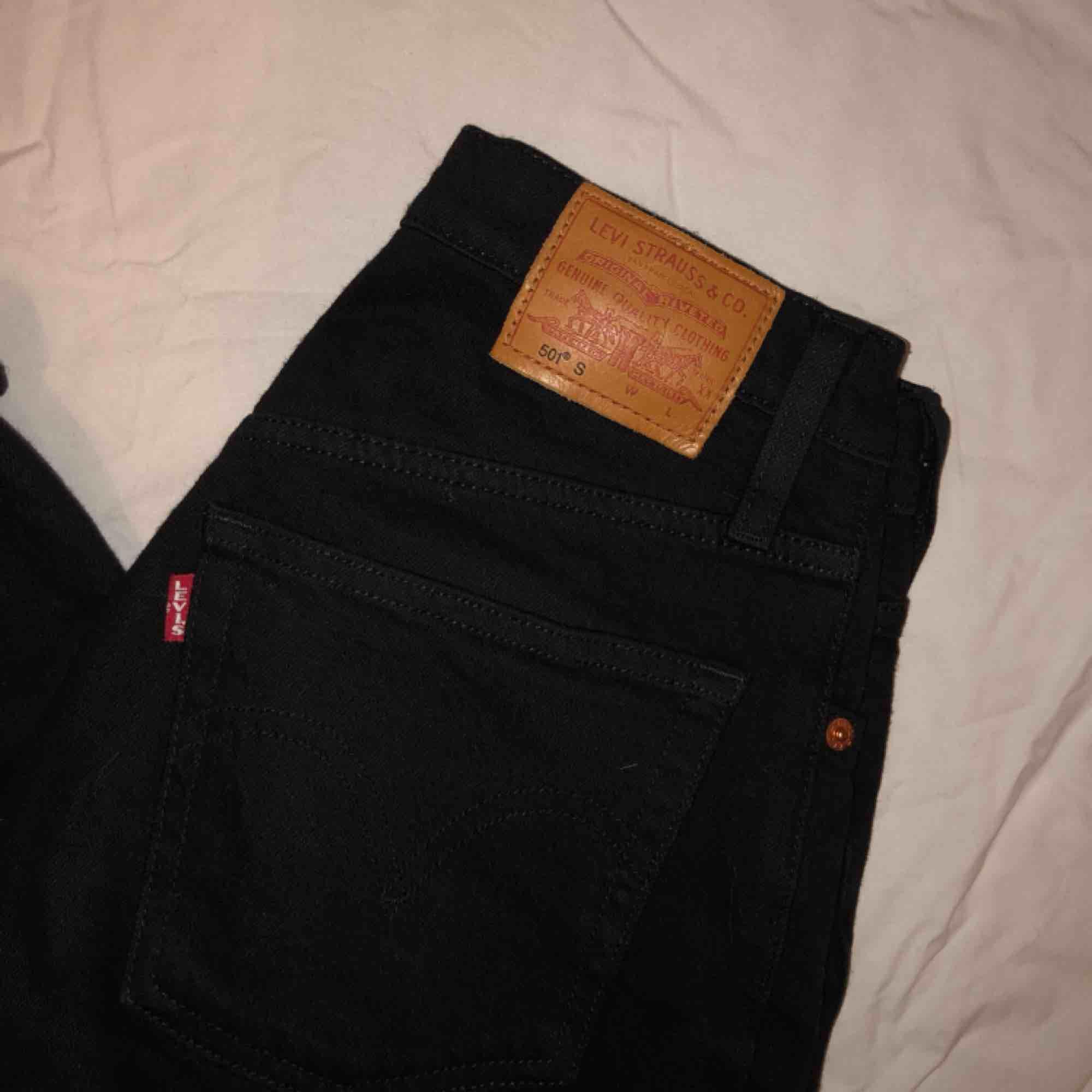 säljer mina svarta levi's 501:or dem är en W25, är inte helt säker på vilken längd men jag tror en L32, jag är 165cm lång. sepia för fler bilder🌻 frakten ingår i priset💌 spårbar frakt❤️. Jeans & Byxor.