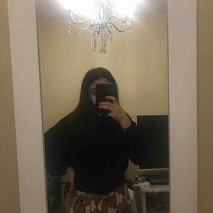 Väldigt snygg lite  oversize tröja, köpt på lager 157 för 150 kr, har aldrig använt den bara prövat den en gång eftersom den är för stor