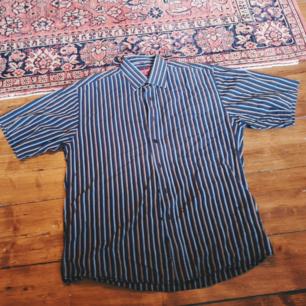 Retro skjorta stl L. Bredd 55cm längd 74cm. 30kr plus frakt (36kr)